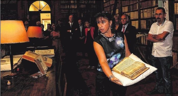 Vannina Schirinsky, responsable de la conservation et de la restauration, a présenté, hier, une vingtaine de livres rares, dont plusieurs de la collection de Lucien Bonaparte.